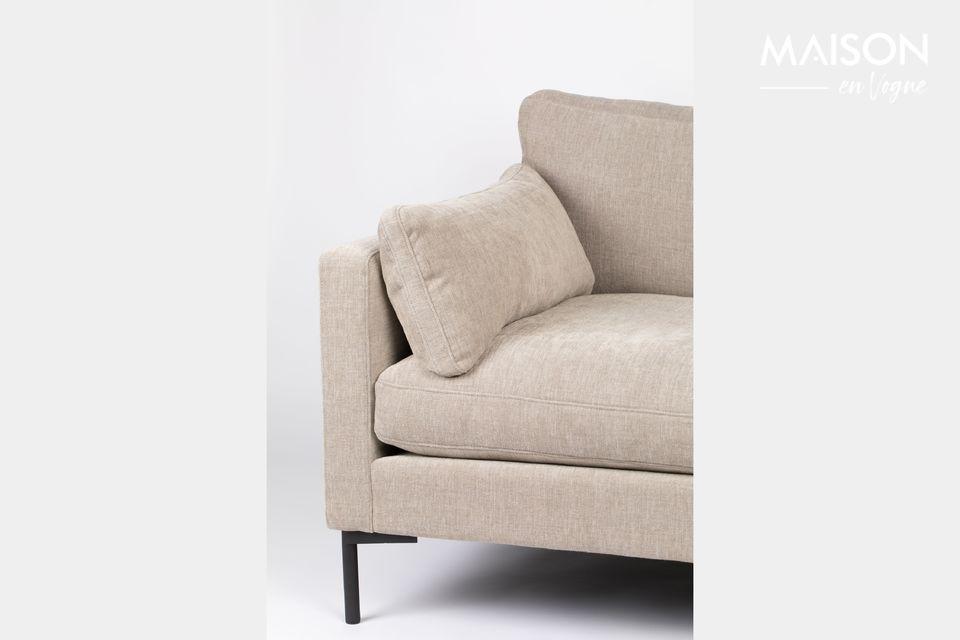 Das Sofa besteht aus großen Kissen und enthüllt eine lange Silhouette