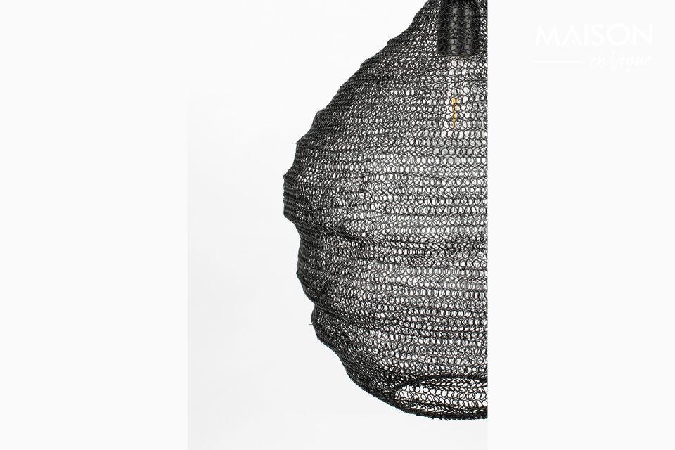 Diese schwarze Pendelleuchte Lena M ist mit einem Maschenschirm versehen
