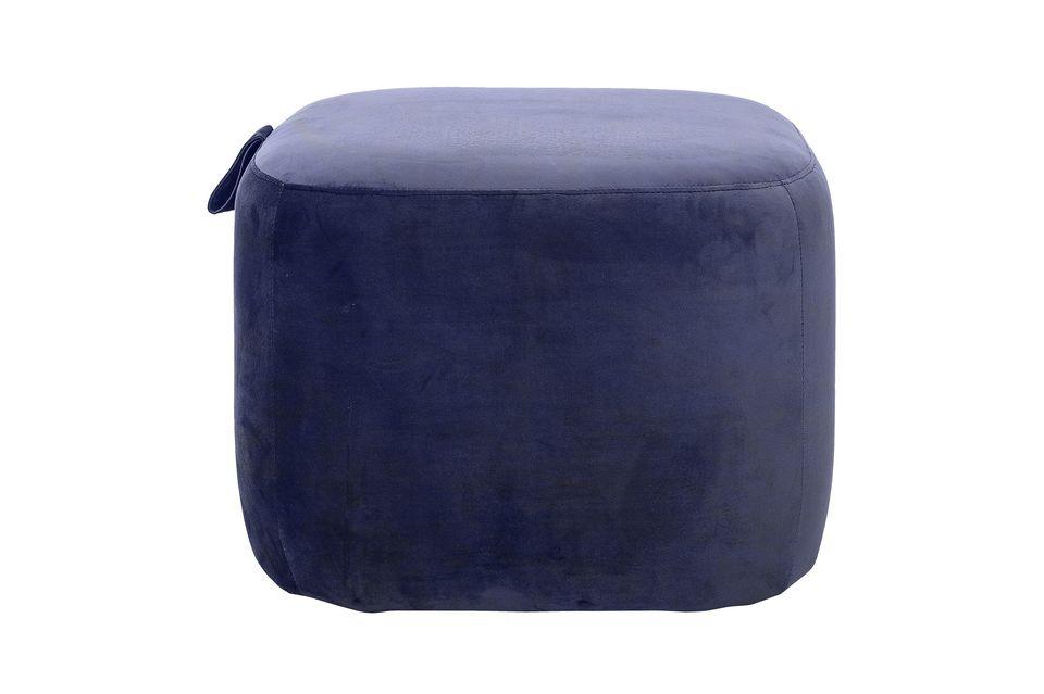 Dieser blaue Polyester-Pouffe wird der letzte Schliff für Ihre Wohnzimmerdekoration sein