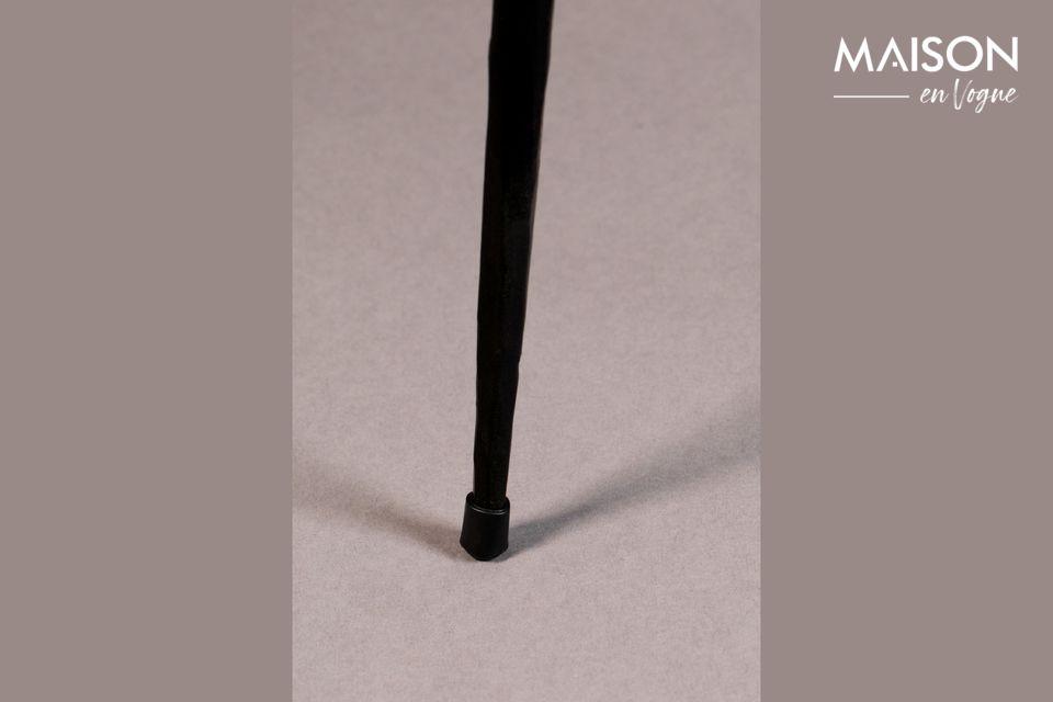 Seine 40 cm lange Spitze ist ohne Rand