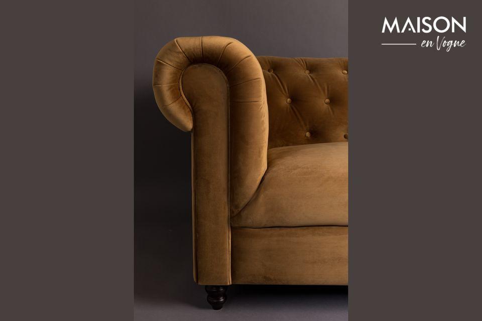 Das Chester-Sofa aus Samt in Braun-Gold von Dutchbone ist vom Stil des 18