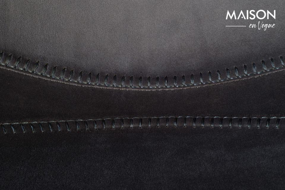 Sitz und Rückenlehne sind eins unter der zarten Hülle aus grau schimmerndem Samt