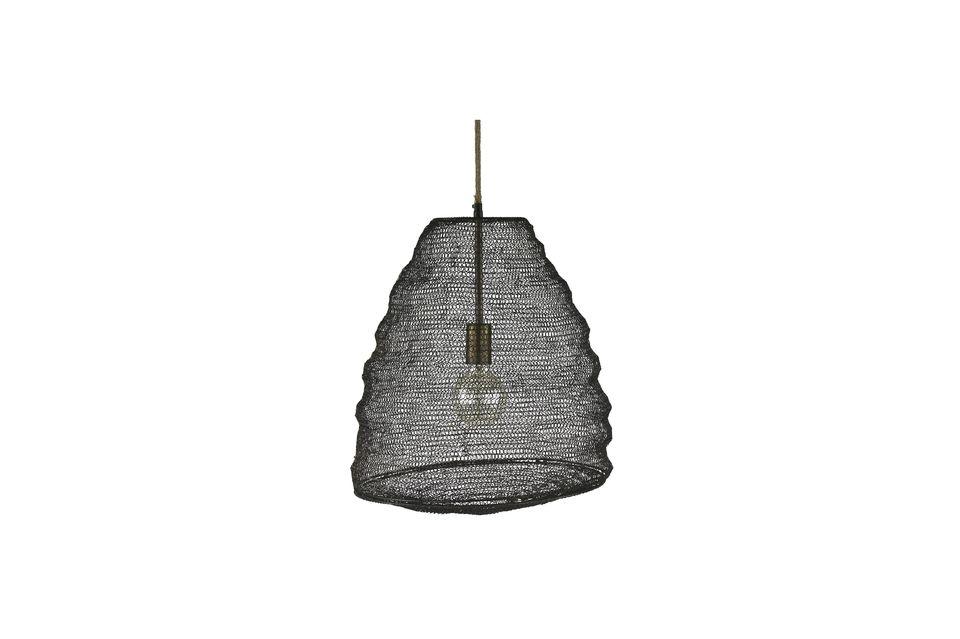 Es ist aus Metall in der Art eines Fischernetzes gefertigt und erinnert bei weitem an die Form