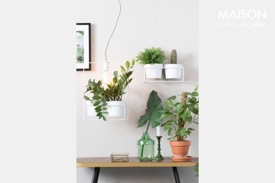 Eine Lampe mit klaren Linien aus weiß lackiertem Eisen