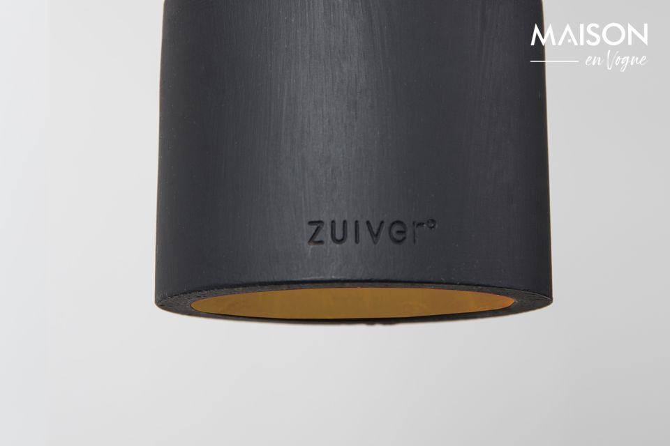 Sein schwarz gestrichener Lampenschirm aus Beton ist mit den Buchstaben der Marke Zuiver graviert