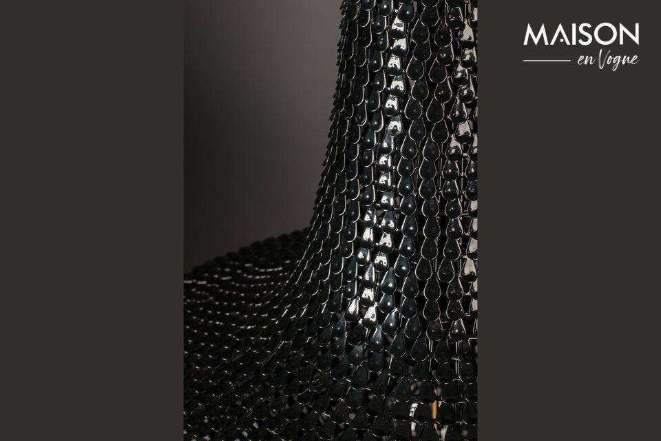 Er besteht aus Hunderten von dünnen Eisenstreifen, die wie Fischschuppen von Hand aufgelegt werden