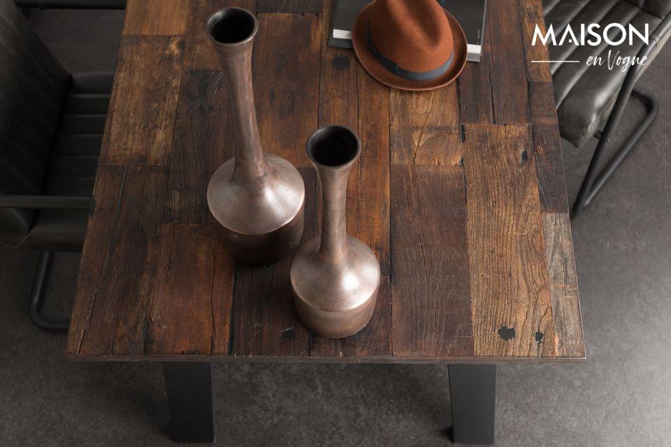 Tatsächlich besteht die Tischplatte aus recyceltem Ulmenholz