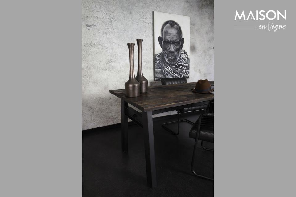 Seine schöne dunkelbraune Farbe verleiht den Tisch ein rustikales und nüchternes Gütesiegel