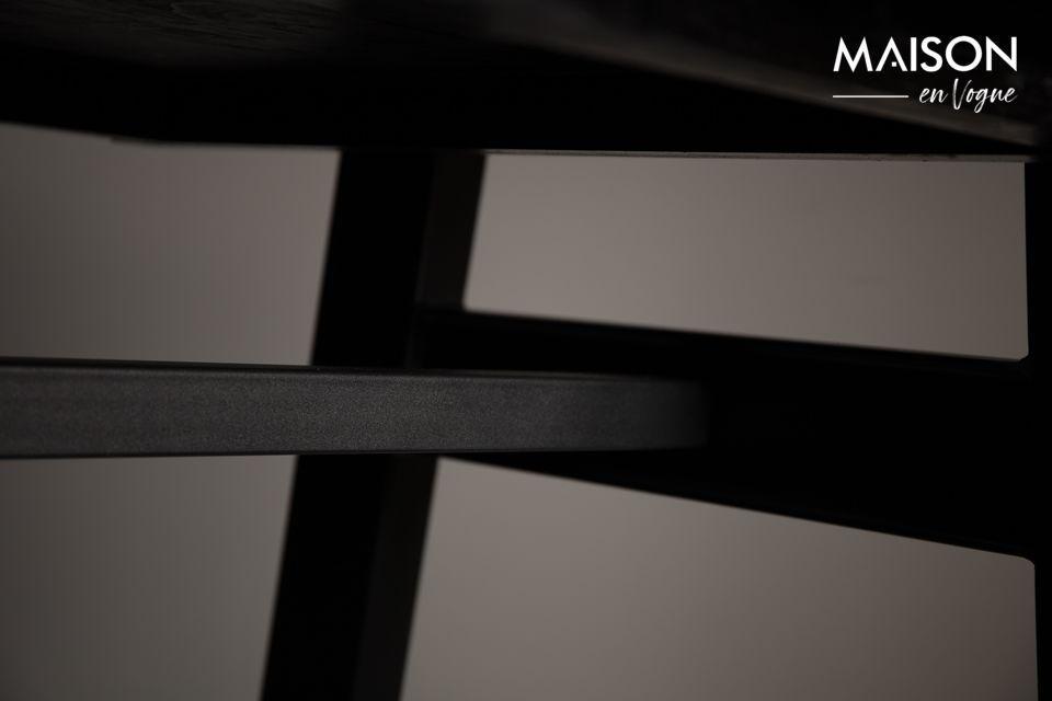 Die Tischplatte steht auf einem schwarzen Metallrahmen