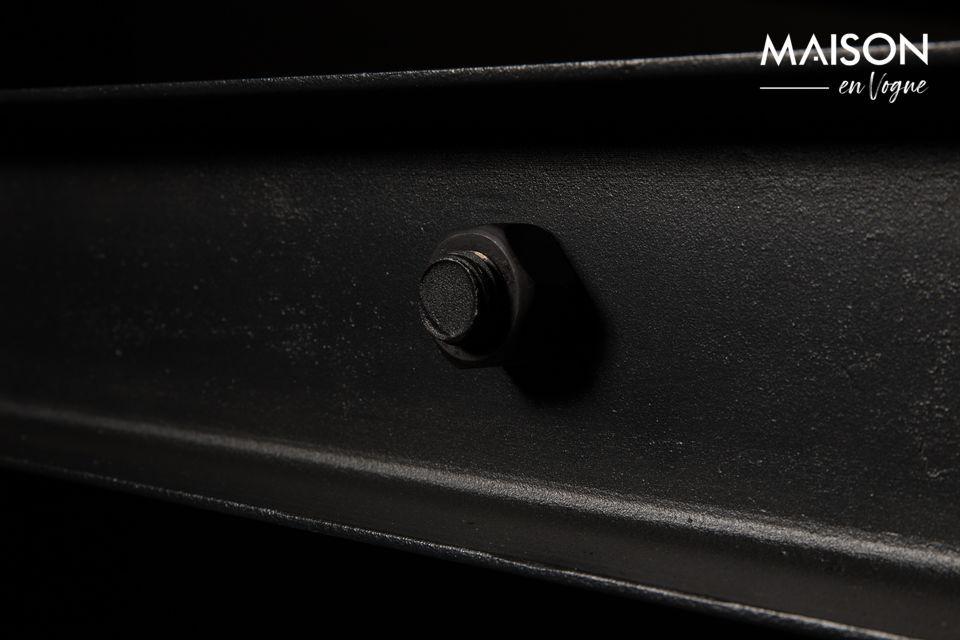 Der Sockel ist aus schwarz lackiertem Eisen mit sichtbaren Schrauben für maximale Authentizität