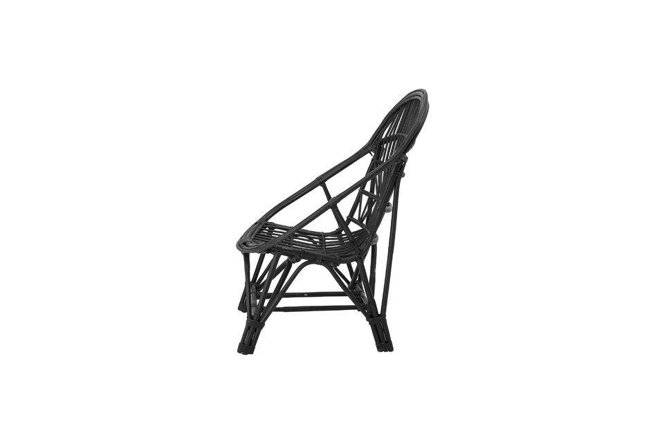 Mit einer Designer-Rückenlehne und einem Sitz aus geflochtenem Rattan bietet Ihnen dieser Stuhl