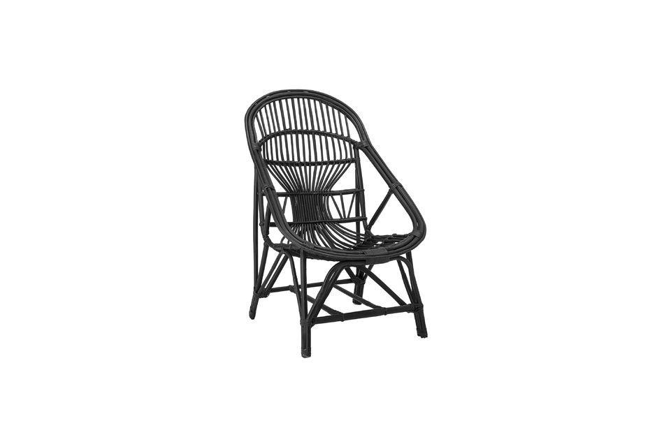 Dieser Loungesessel kombiniert die Eleganz der schwarzen Farbe mit der natürlichen Originalität