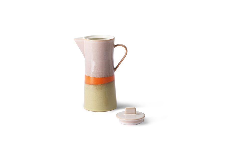 Mit ihrem Deckel bietet die Kaffeekanne ein Retro-Design in drei Farben