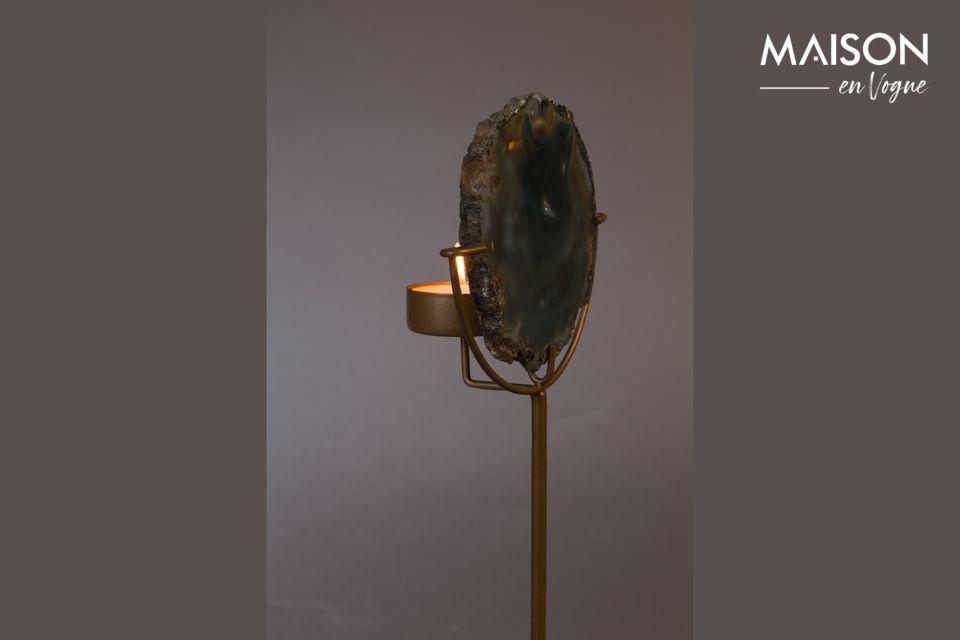 Ein Sockel aus messinglackiertem Eisen trägt diesen praktischen und natürlichen Gegenstand