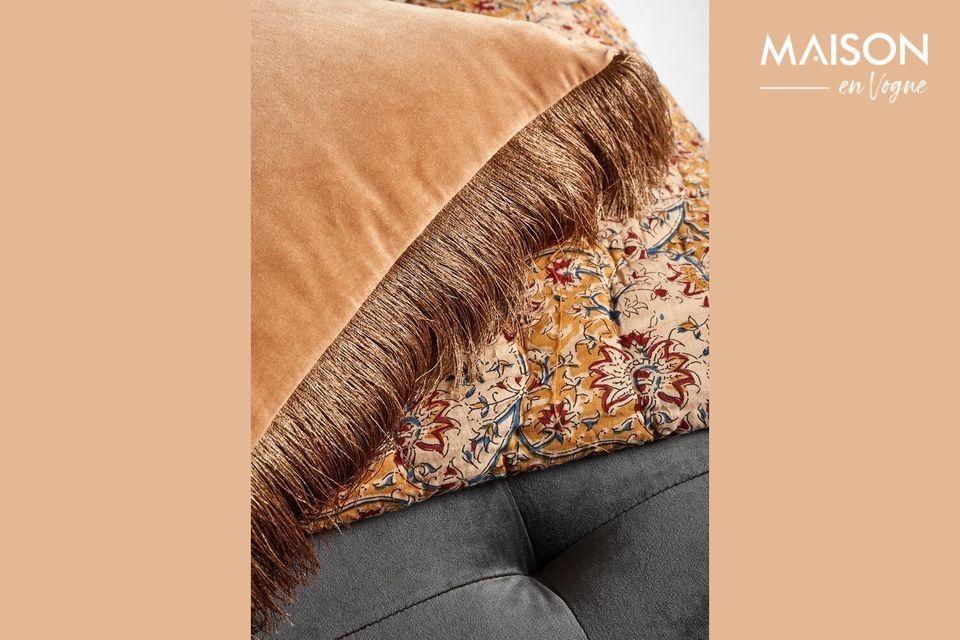 Dieser Kissenbezug aus Samt mit Fransen macht dank seiner Terrakotta-Farbe und des goldenen