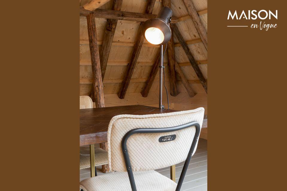 Der sandfarbene Melonie-Stuhl ist eine Hommage an die Küchenstühle aus Resopal