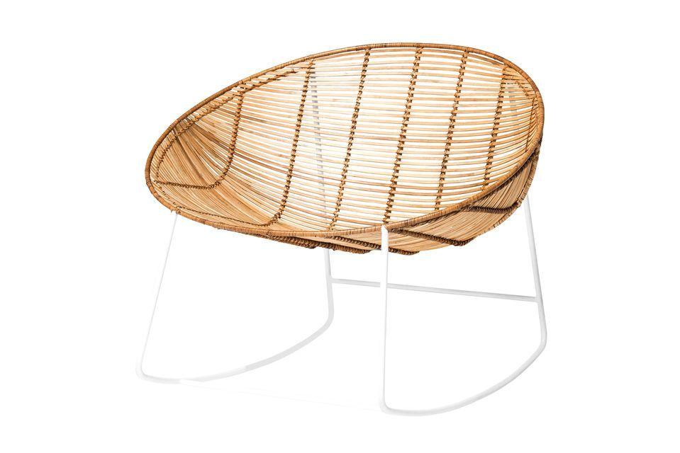 Dieser breite Stuhl aus natürlichem Rattan mit seinen Designkurven bietet Ihnen ein komfortables