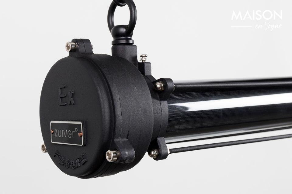Dieser charakteristische Kronleuchter ist fast vollständig aus schwarzem Stahl gefertigt