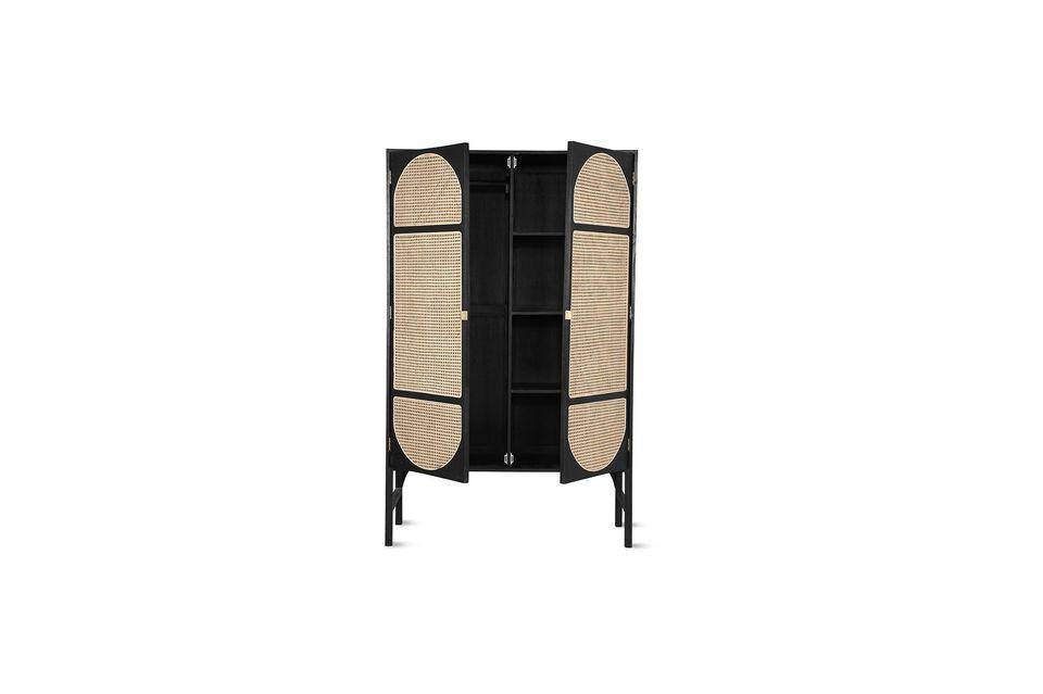 Dieser aus Sunkai-Holz gefertigte Schrank ist sehr robust