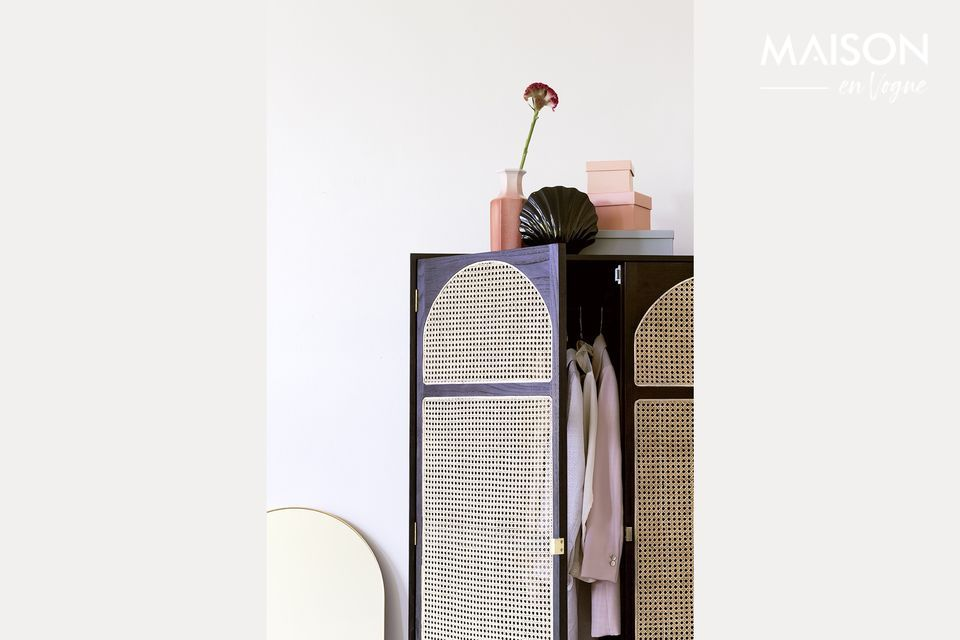 Ein dekorativer und praktischer Kleiderschrank