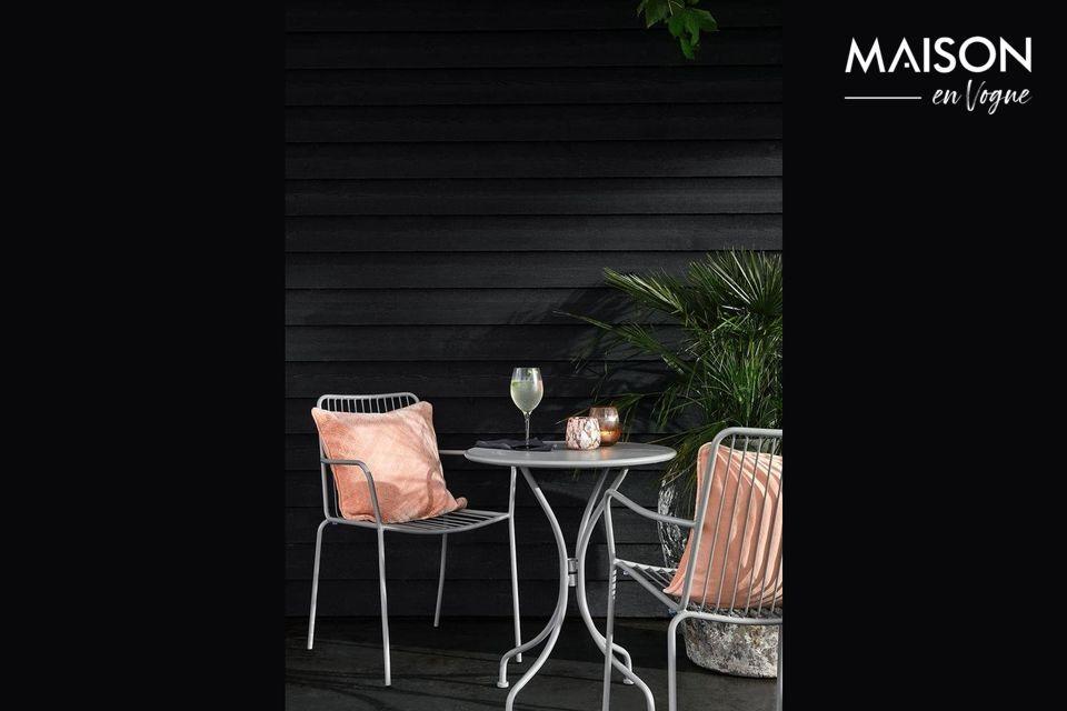 Ein runder Gartentisch für eine elegante Terrasse