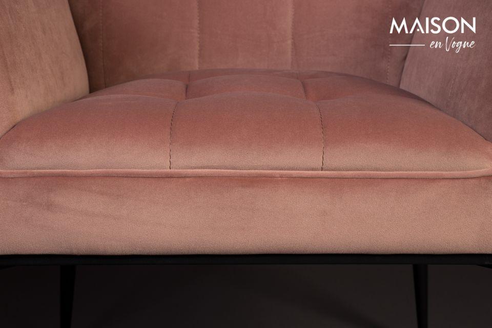 Platzieren Sie diesen angenehm gepolsterten Sessel im Wohnzimmer