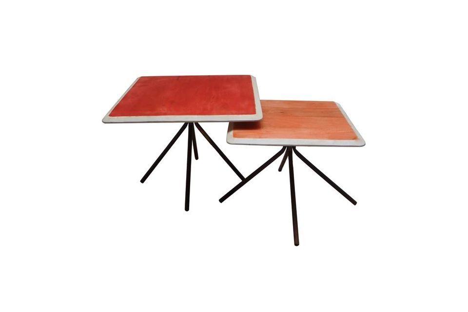 Farbenfroh mit seinen zwei rechteckigen Beistelltischen aus lackiertem Holz