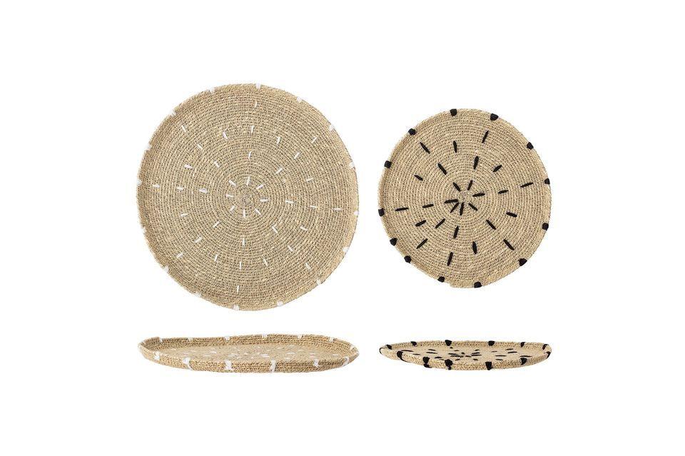 Einer ist in Weiß und der andere in Schwarz dekoriert, was die Strohfarbe der Platten hervorhebt