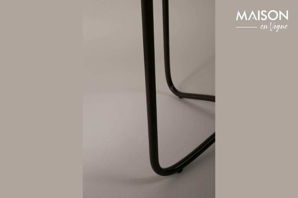 Die Tischplatte wird von einem schwarzen Metallgestell getragen