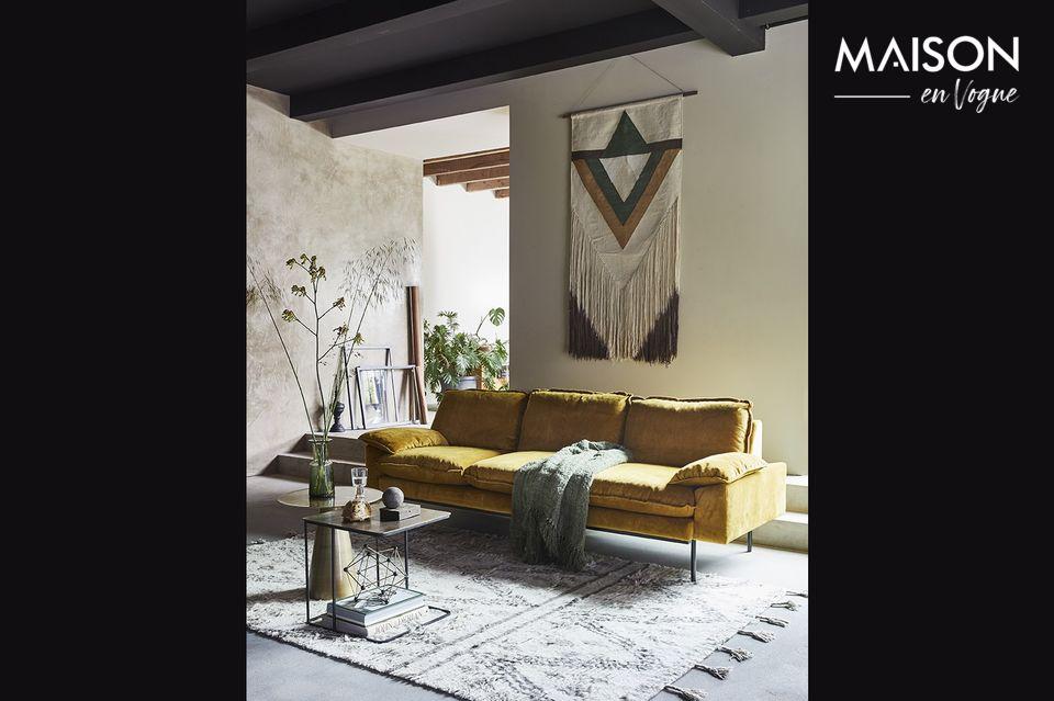 Das Sofa Vez, 225 cm lang und 83 cm breit, bietet eine breite und großzügige Sitzfläche