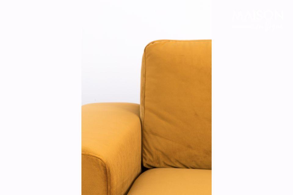 Das linke Fiep-Samtsofa aus ockerfarbenem Samt ist mit einem weichen und warmen Bezug bekleidet und