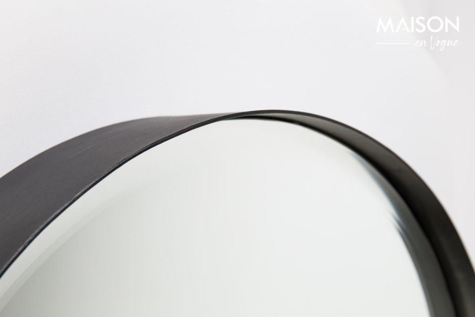 Ein moderner runder facettierter Spiegel