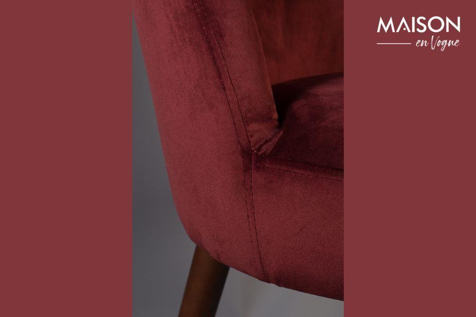 Dieser schöne Stuhl vereint Ästhetik und Komfort und verleiht Ihrem Tisch eine besonders