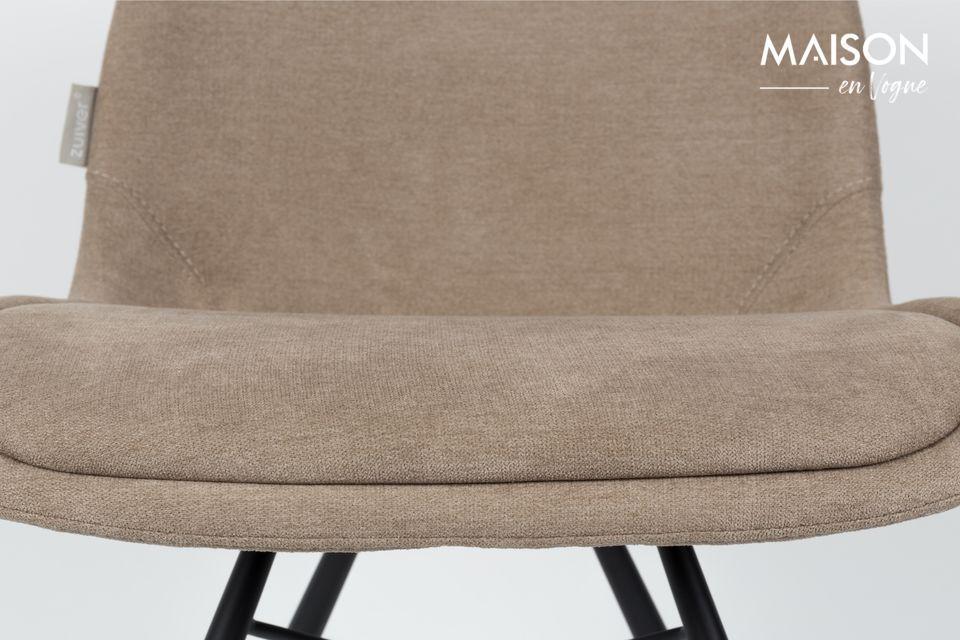 Der Stuhl Brent in sandfarben ist aus schwarzem Stahl gefertigt