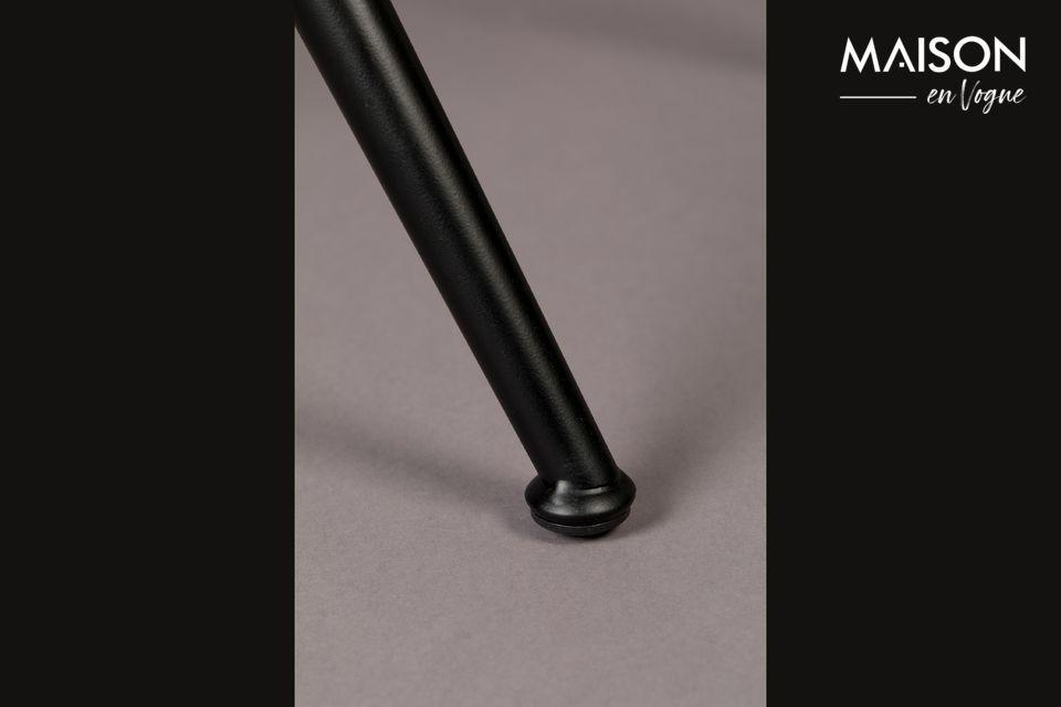 Mit seinem schwarzen Metallrahmen und der sorgfältig verteilten Polsterung ist dieser Stuhl