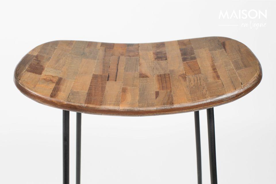 Eine elegante Kombination aus Stahl und recyceltem Teakholz
