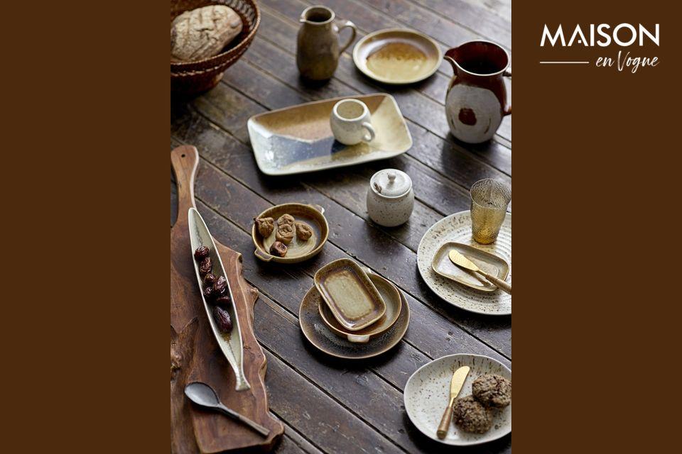 Ein Teller aus Steingut, um die Handwerkskunst am Tisch zu sublimieren