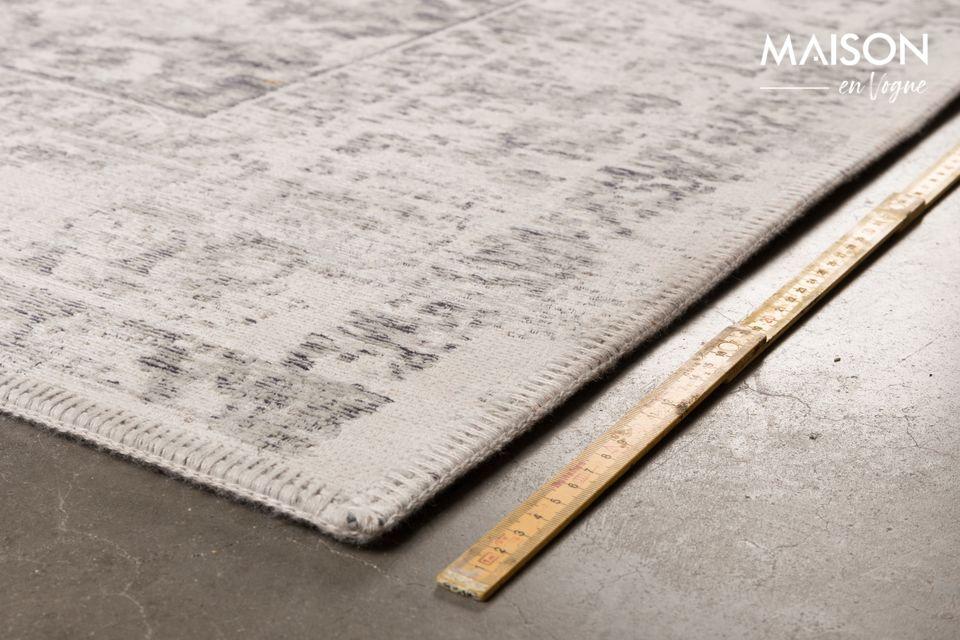 Der Teppich ist maschinengewebt und besteht zu 80% aus Baumwoll-Chenille und 20% Wolle