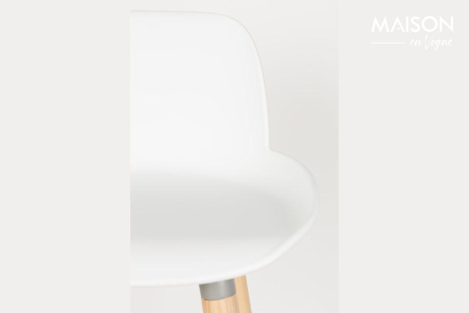 Der Hocker Albert Kuip verbindet die Wärme seines Eschenholz-Fußgestells mit der Modernität