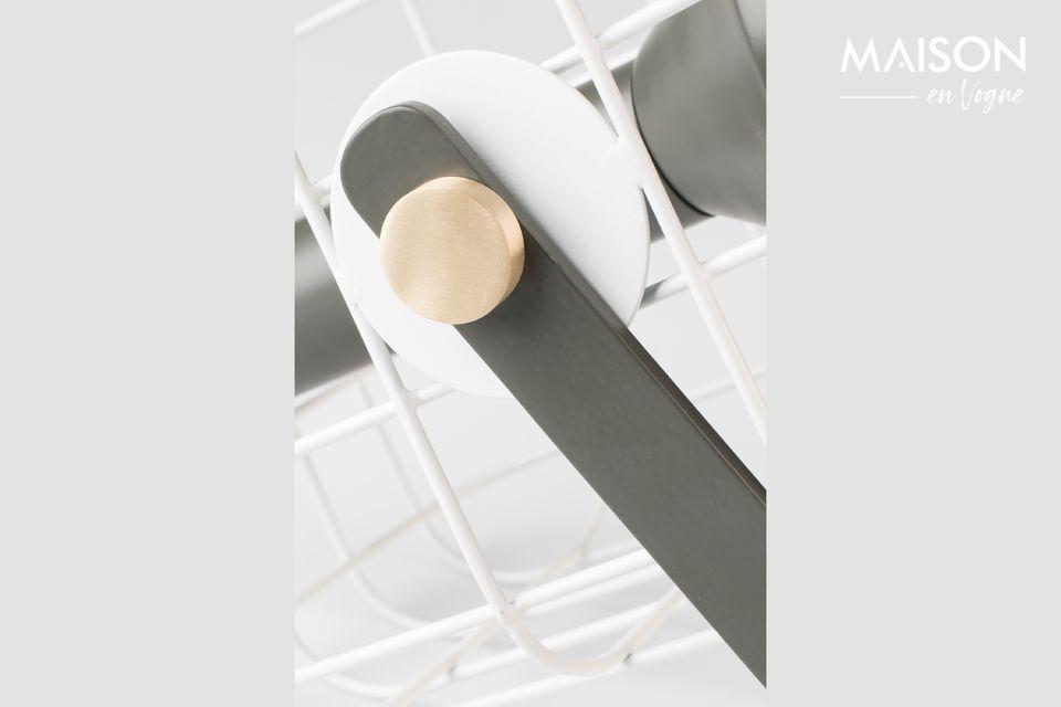 Der Körper der Tischleuchte besteht aus naturfarben lackiertem Aluminium mit Messingbefestigungen