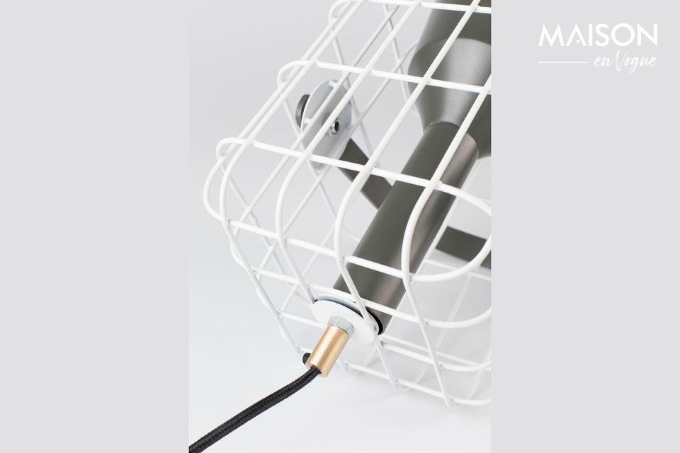Die Lampe ist von einem weißen Käfig aus lackiertem Eisen umgeben, der angenehm anzusehen ist