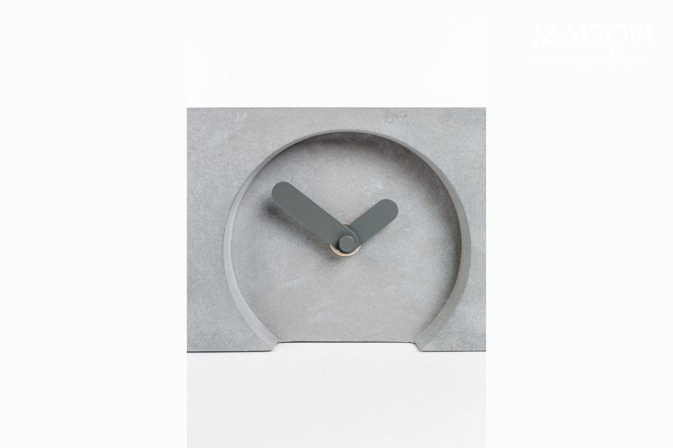 Die drei kleinen Uhren sind mit dicken grauen Zeigern aus Aluminium verziert