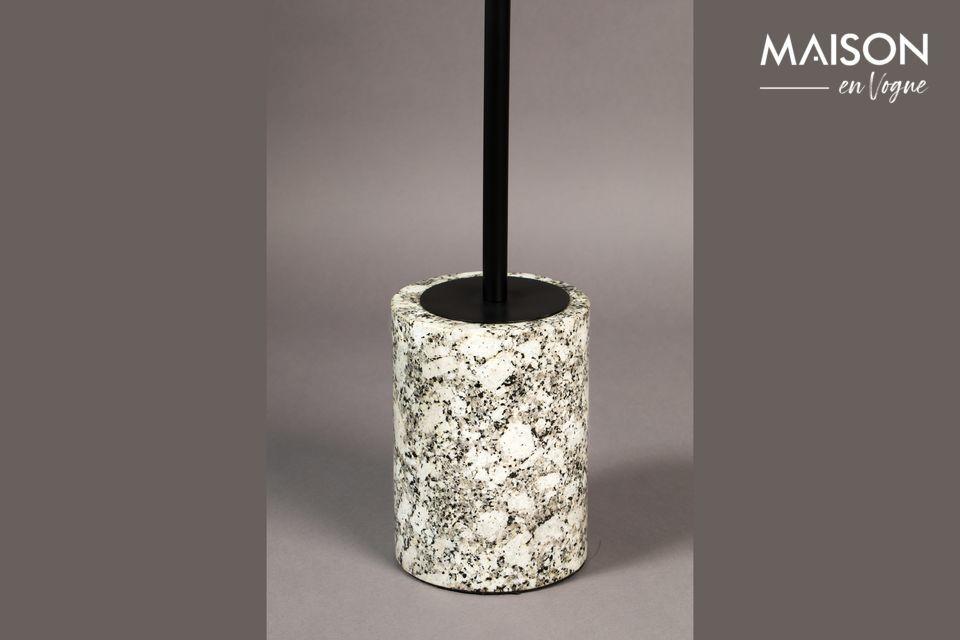 Er hat eine weiße Marmorplatte mit einem Durchmesser von 31,50 cm