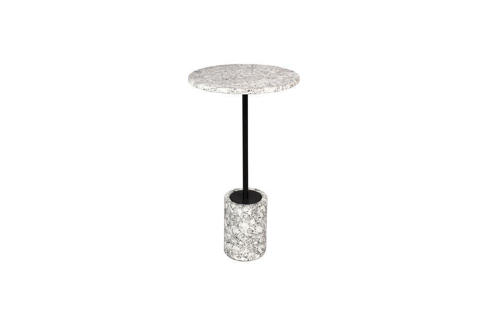 Der zylindrische Sockel besteht ebenfalls aus weißem Marmor und der Fuß aus einem matt schwarz
